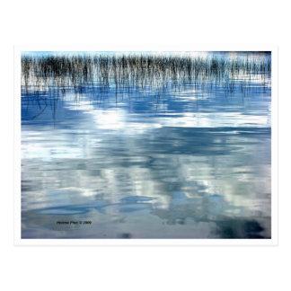 Reflexión del cielo en el lago con la postal de la