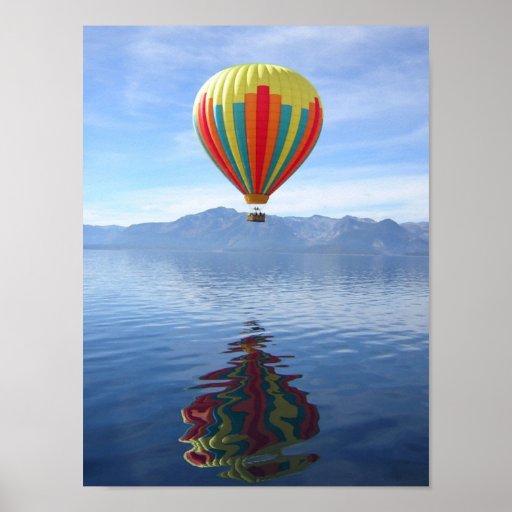 Reflexión del globo del aire caliente posters