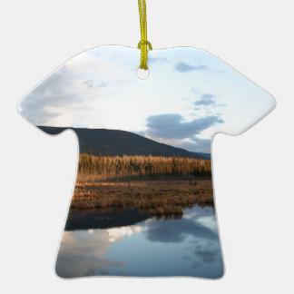 Reflexión del lago tree de la puesta del sol ornamentos para reyes magos