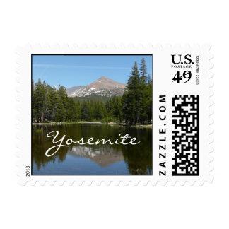 Reflexión del lago Yosemite en el parque nacional Estampilla