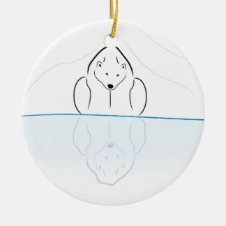 Reflexión del oso polar en el calentamiento del pl adorno para reyes