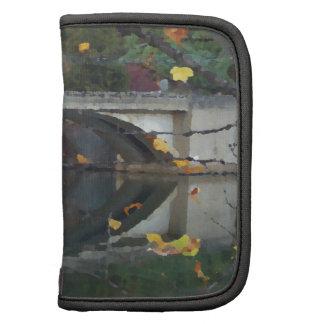 Reflexión del puente del lago autumn de la roca de planificadores