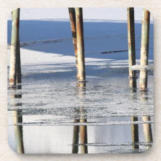 Reflexión del puente posavasos de bebidas