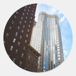 Reflexión del rascacielos del Midtown, New York Pegatina Redonda