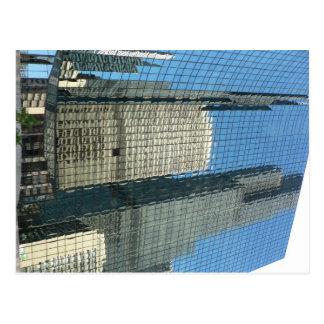 Reflexión del rascacielos tarjeta postal