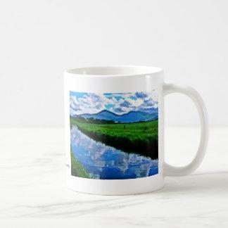 Reflexión del río de Shimna Taza Básica Blanca