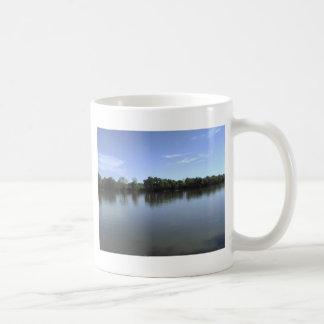 reflexión del río tazas de café
