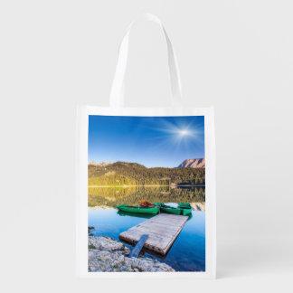 Reflexión en el agua de los lagos y de los barcos  bolsas reutilizables