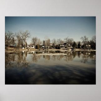 Reflexión en el río póster