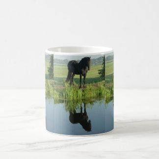 Reflexión frisia del caballo en agua tazas