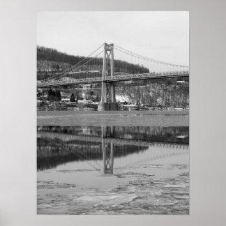Reflexión helada de la torre del puente posters