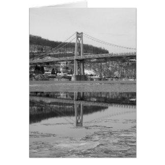 Reflexión helada de la torre del puente tarjeta de felicitación