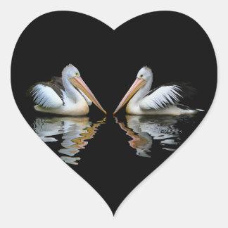 Reflexión hermosa de los pelícanos en fondo negro pegatina en forma de corazón