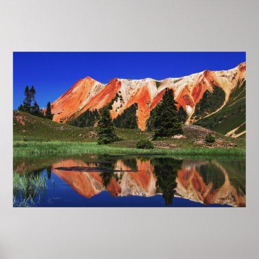 Reflexión roja de la montaña póster
