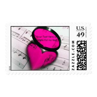 Reflexión rosada del corazón en partitura estampilla