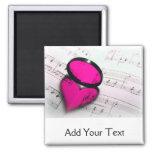 Reflexión rosada del corazón en partitura imán de frigorífico
