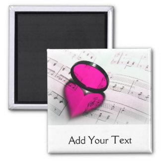 Reflexión rosada del corazón en partitura imán cuadrado