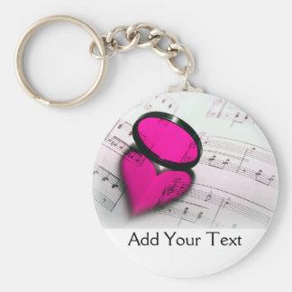 Reflexión rosada del corazón en partitura llavero redondo tipo pin