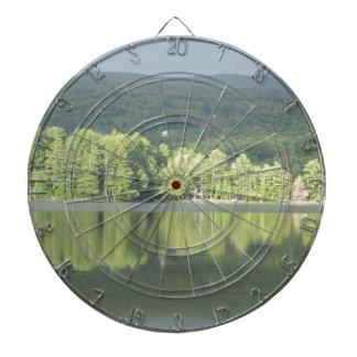 Reflexión verde de los árboles del lago tablero de dardos