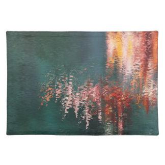 Reflexiones abstractas del agua rosada y roja manteles