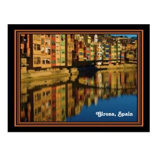 Reflexiones coloridas en postal de Girona, España