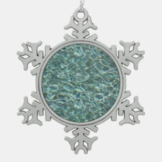 Reflexiones cristalinas de la superficie del agua adorno de peltre en forma de copo de nieve