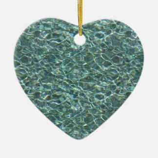 Reflexiones cristalinas de la superficie del agua adorno navideño de cerámica en forma de corazón