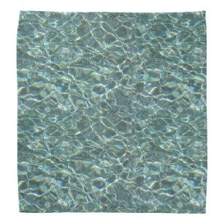 Reflexiones cristalinas de la superficie del agua bandana