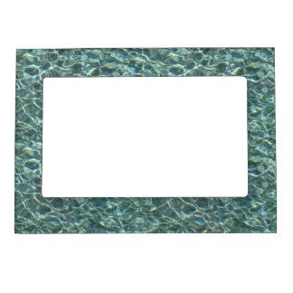 Reflexiones cristalinas de la superficie del agua foto de imanes