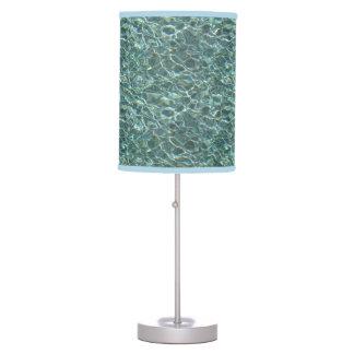Reflexiones cristalinas de la superficie del agua  lámpara de mesa