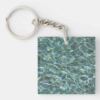 Reflexiones cristalinas de la superficie del agua llavero cuadrado acrílico a una cara