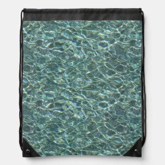 Reflexiones cristalinas de la superficie del agua  mochilas