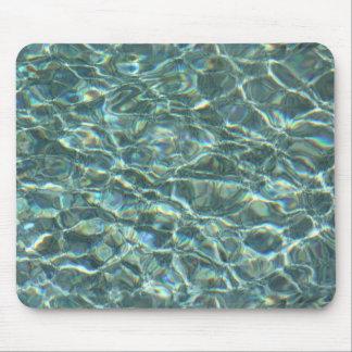 Reflexiones cristalinas de la superficie del agua mousepad