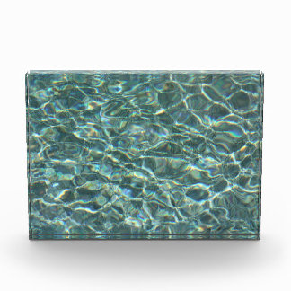 Reflexiones cristalinas de la superficie del agua