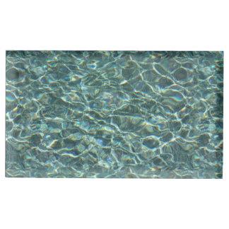 Reflexiones cristalinas de la superficie del agua  soportes para tarjetas de mesa