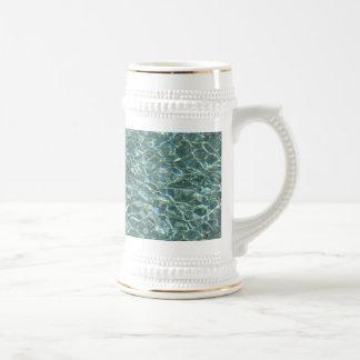 Reflexiones cristalinas de la superficie del agua  taza de café
