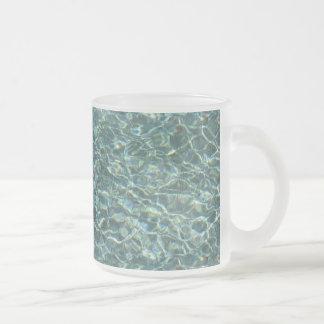 Reflexiones cristalinas de la superficie del agua taza de café esmerilada