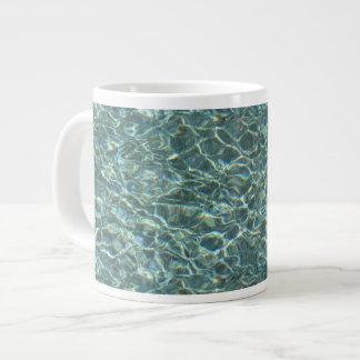 Reflexiones cristalinas de la superficie del agua taza de café gigante