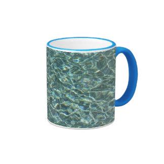 Reflexiones cristalinas de la superficie del agua taza de dos colores