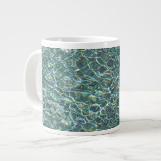 Reflexiones cristalinas de la superficie del agua taza grande