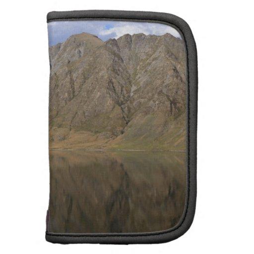 Reflexiones de espejo en el lago hermoso Hawea Organizadores