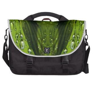Reflexiones de la flora en agua bolsas para ordenador