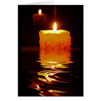 Reflexiones de la luz de una vela tarjeta