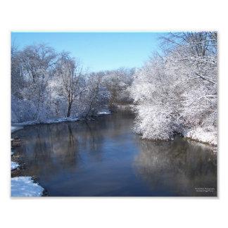 Reflexiones de la nieve en el río fotografía