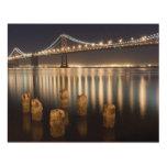 Reflexiones de la noche del puente de la bahía de