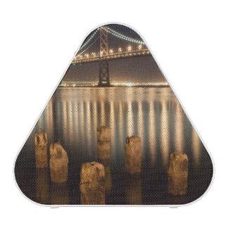 Reflexiones de la noche del puente de la bahía de  altavoz bluetooth