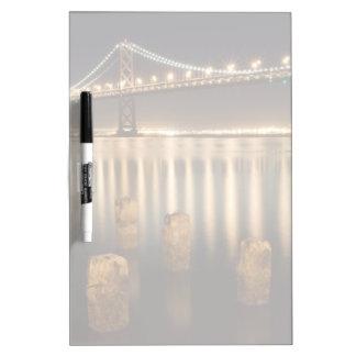 Reflexiones de la noche del puente de la bahía de  pizarra