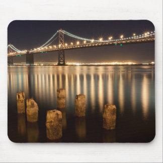 Reflexiones de la noche del puente de la bahía de  tapetes de ratón