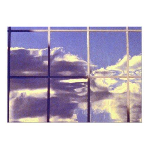 """Reflexiones de la nube en ventanas del edificio invitación 5"""" x 7"""""""