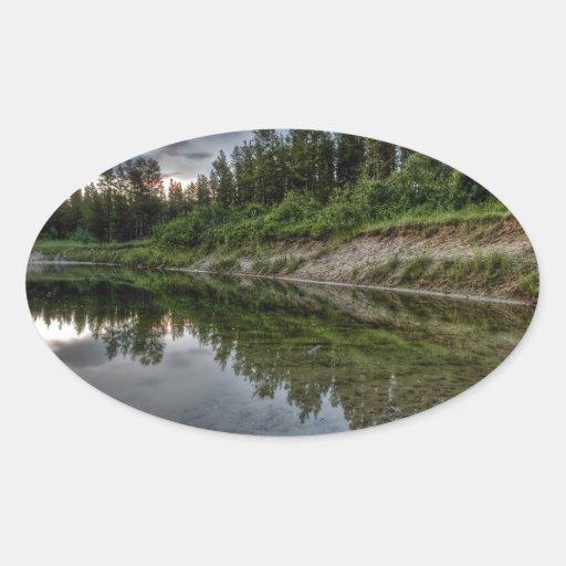 Reflexiones de Reservior del agua Calcomanía Ovalada